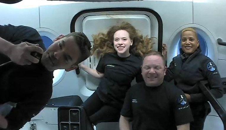 Van links naar rechts, passagiers Jared Isaacman, Hayley Arceneaux, Christopher Sembroski en Sian Proctor in de ruimte. Beeld AFP