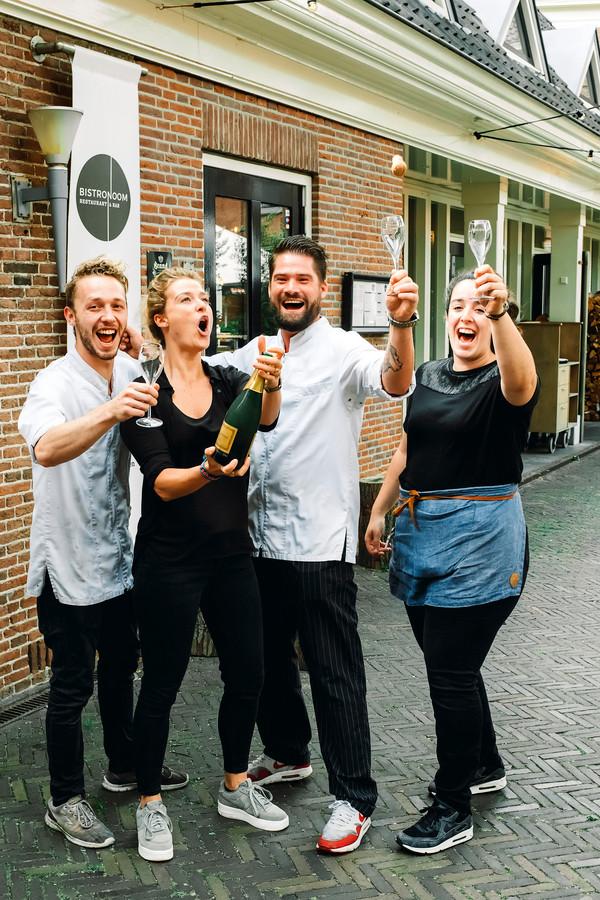Chefkok Jeroen Kramer, mede-eigenaresse en gastvrouw Kirsten Veldkamp, mede-eigenaar en patron-cuisine Jan Cees Graafland en medewerker bediening Latifa Bounjoua (vlnr) vieren een feestje na het winnen van de Gouden Pollepel.