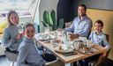 Niek Benoot geniet samen met zijn vrouw Ilse  Watteyne en hun zonen Louis en Arthur, de Hooge Boys, van een mooi ontbijt.