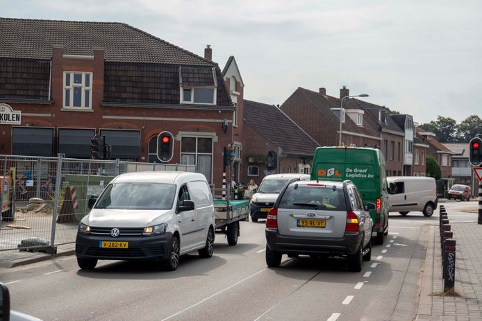 Autoverkeer op de kruising van de Groenstraat en de Broekhovenseweg. Wijkraad Zuiderkwartier vreest dat de Groenstraat drukker gaat worden als de cityring wordt aangepakt.
