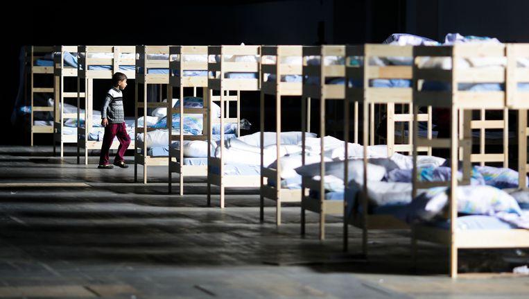 Een rij stapelbedden in een opvangcentrum voor migranten in Berlijn. Beeld AP