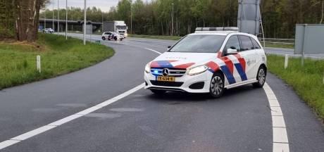 Auto slaat over de kop op A1 bij Hengelo, weg weer vrijgegeven