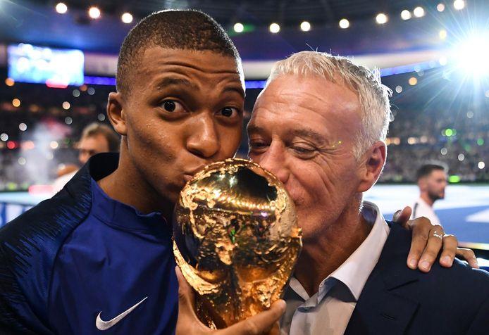 Mbappé en Deschamps met de wereldbeker.