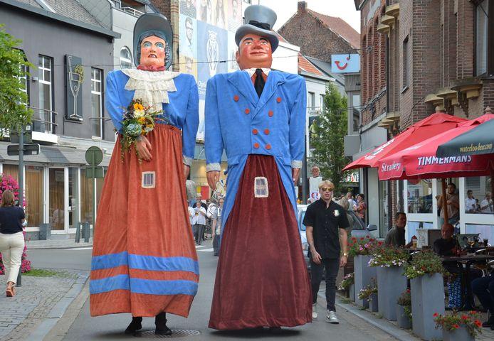 Het 75-jarig huwelijksjubileum van reuzen Doeken en Doeka in het stadscentrum van Ninove.