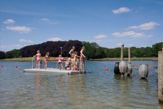 Kinderen spelen in recreatiepark Het Hulsbeek in Oldenzaal.