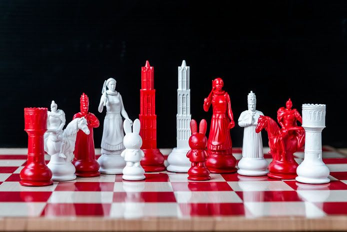 Het levensgrote schaakbord met Utrechtse stukken in de stadskleuren rood en wit wordt zaterdag onthuld.