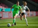 Dominique Janssen wordt op de hielen gezeten door Laura Freigang van Eintracht Frankfurt.