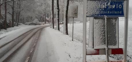 Grote sneeuwballen op straat gelegd in Weerselo