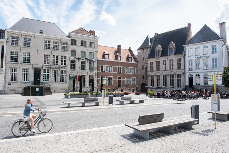 De Kleine Markt, die helemaal zonder horeca dreigt te vallen:  het Gastenverblijf Steenhuise en Restaurant Comte de Flandre heropenen niet, sterrestaurant Margaretha's is al lang gesloten en over enkele maanden gaan ook bij het restaurant Priorij van Elsegem de luiken dicht.
