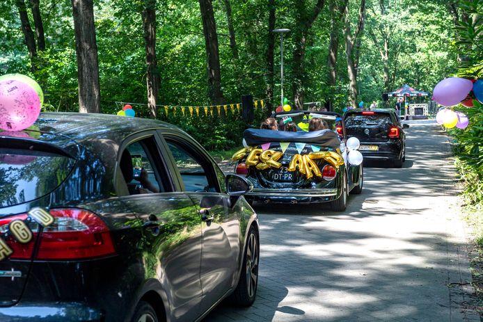 Auto's in de rij voor een bijzondere diploma-uitreiking.