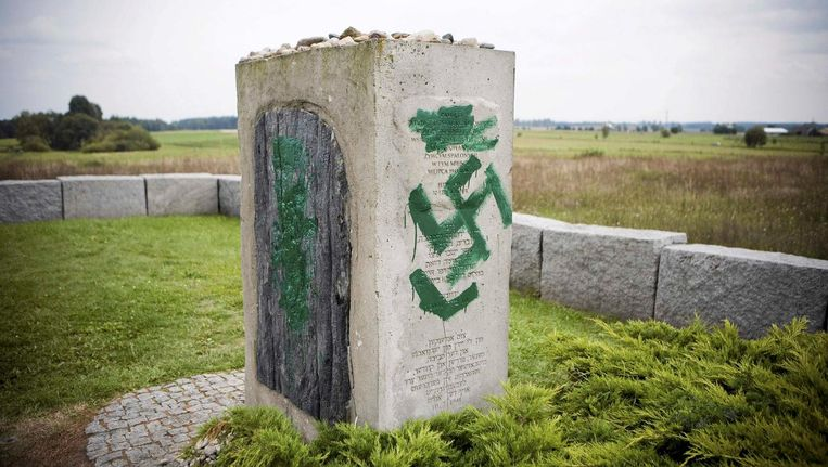 Beklad monument in Jedwabne, 2011. Beeld Reuters