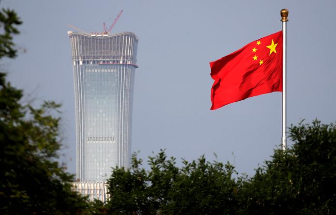 Een Chinese vlag wappert in Beijing.