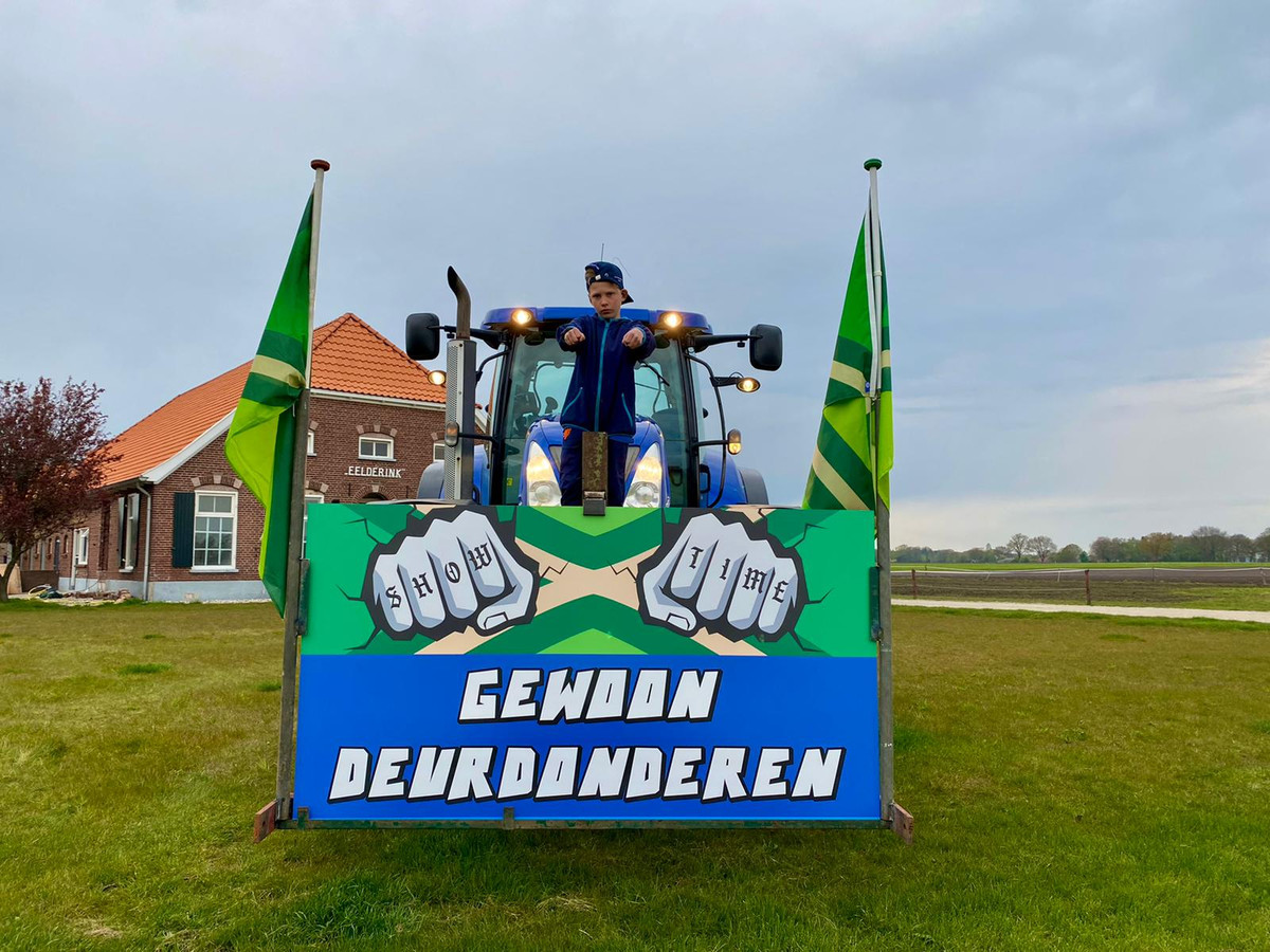 Een van de versierde trekkers die zo meedoen aan de erehaag die gevormd wordt op snelweg A18, om de spelersbus van De Graafschap uit te zwaaien.