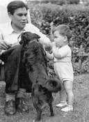 Ernst Jansz als kind met zijn vader Rudi in Amsterdam, 1950.