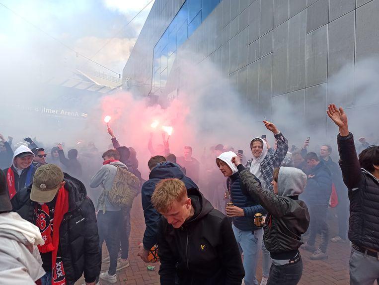 Supporters van Ajax bij de Arena tijdens de kampioenswedstrijd tegen FC Emmen.  Beeld Joris van Gennip