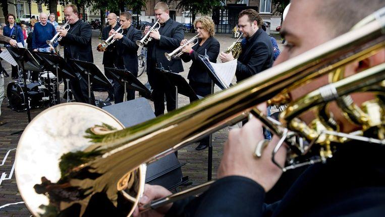 Leden van het Residentie Orkest en het Koninklijk Conservatorium musiceren vandaag bij wijze van protest voor de ingang van de Tweede Kamer. Beeld anp