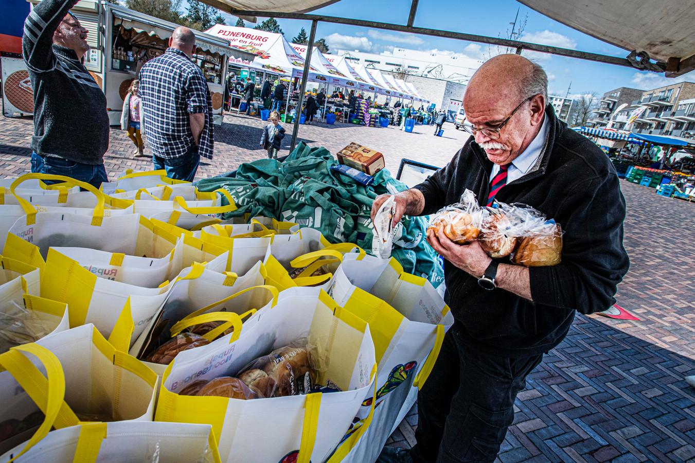 foodmarktkooplui steunen NonFood collega's dienietop de markten mogen staan. Marktmeestert Frits van Meurs bedenker van de actie