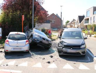 Lichtgewonde na aanrijding met drie voertuigen op kruispunt