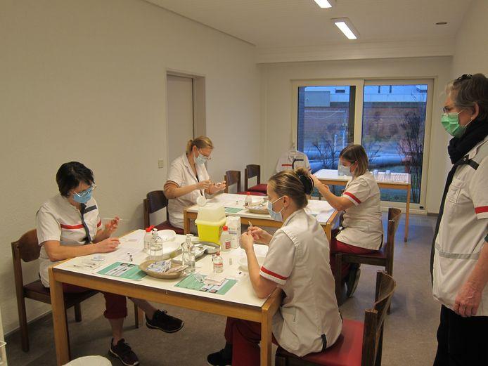 Het vaccinatieteam van wzc De Reiger in actie tijdens de voorbereiding.