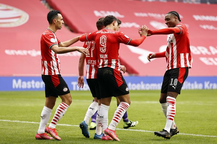 PSV scoort tegen Heracles Almelo en viert de goal.