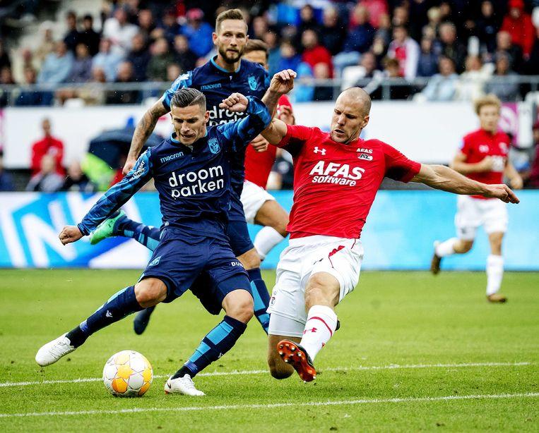 Ron Vlaar (rechts) van AZ vecht een duel uit met Bryan Linssen van Vitesse. Beeld ANP