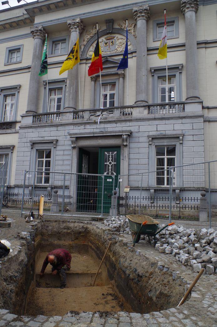 Testput voor het stadhuis: opkuis van de sleuf met oude straatniveaus