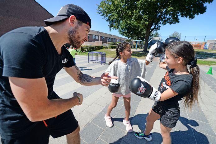 Kinderen krijgen een boksworkshop bij de zomerschool in Glanerbrug.