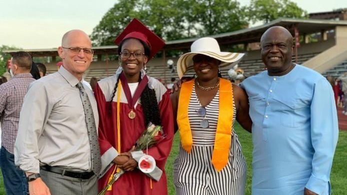 Verda Tetteh avec sa famille et le directeur de l'école Jeremy Roche.