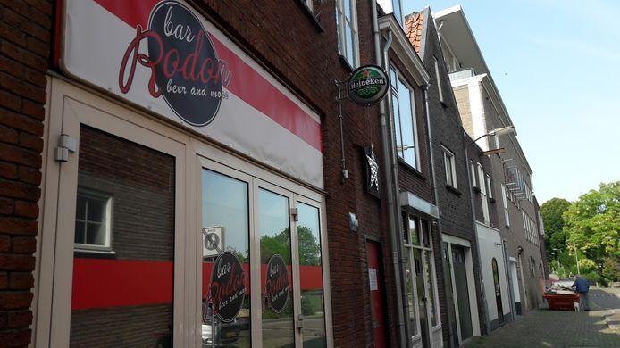 Café Rodon in Tiel waar voor de deur zondagochtend een neergestoken man werd gevonden.