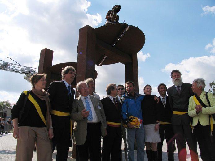 Het stadsbestuur anno 2007 bij de onthulling van het kunstwerk. Je herkent onder meer wijlen Els Vanlandschoot, toen nog schepen Geert Vanden Broucke en wijlen burgemeester Roland Crabbe in gesprek met Dansercoer.