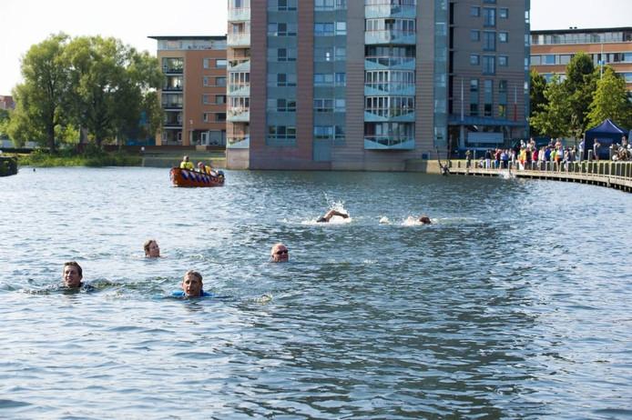 Onder ideale omstandigheden oefenen zwemmers in het Apeldoorns Kanaal voor Swim to fight cancer. Zondag 18 september is de officiële eerste Apeldoornse editie.