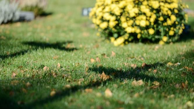 """Stoffelijke resten van onbekend verkeersslachtoffer uit 1997 opgegraven op kerkhof De Panne: """"We hopen verdwijningszaak op te lossen"""""""