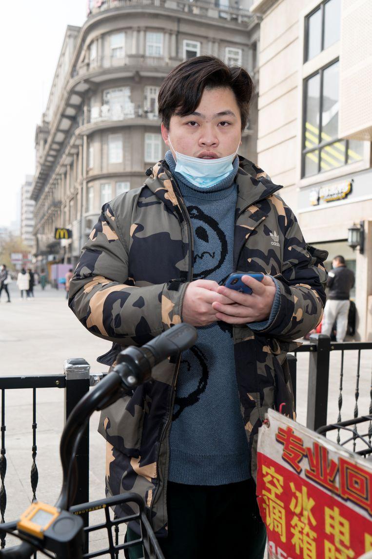 Wu You (26) bracht tijdens de lockdown op zijn brommer medicijnen rond. Hij wordt door velen als een held gezien.  Beeld Ruben Lundgren