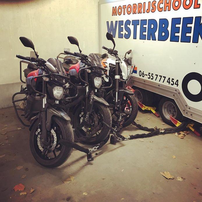 Motoren van rijschool Westerbeek staan in de parkeergarage gestald.