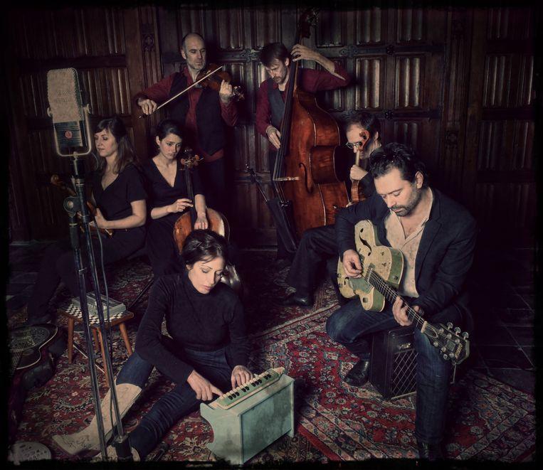 Eriksson Delcroix en het vijfkoppige Sun Sun Sun Orchestra grossieren in vervormde stemmen en dreigende strijkers.  Beeld RV