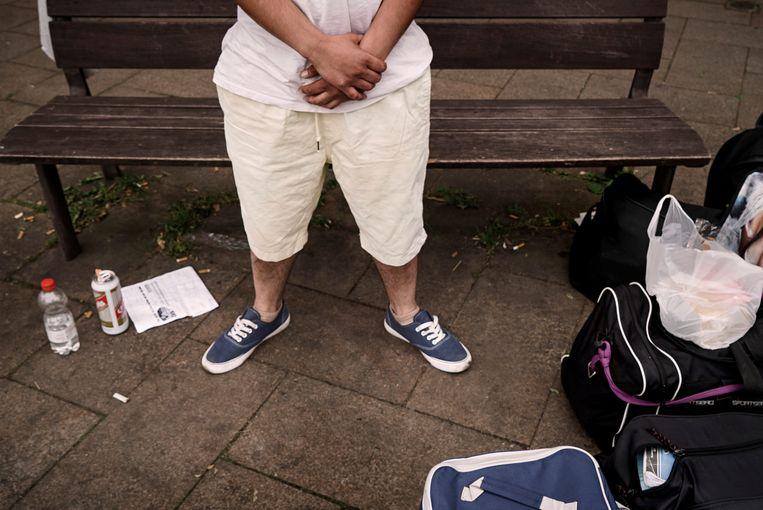 Softi is een van de vele daklozen in Brussel. Zijn moeder zette hem op straat toen hij haar vertelde dat hij homo is. Beeld Eric de Mildt