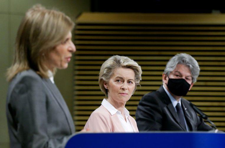Voorzitter Ursula von der Leyen van de Europese Commissie woensdag tijdens de presentatie van de nieuwe vaccinplannen in Brussel, geflankeerd door Eurocommissaris voor gezondheid Stella Kyriakides (links) en collega Thierry Breton (interne markt). Beeld Reuters