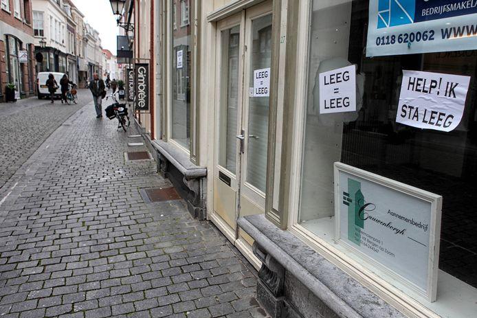 Een beeld dat niemand wil: leegstaande winkels in hartje Bergen op Zoom. De gemeente wil nu ook lichte horeca toestaan in zulke panden om de binnenstad levendig te houden.