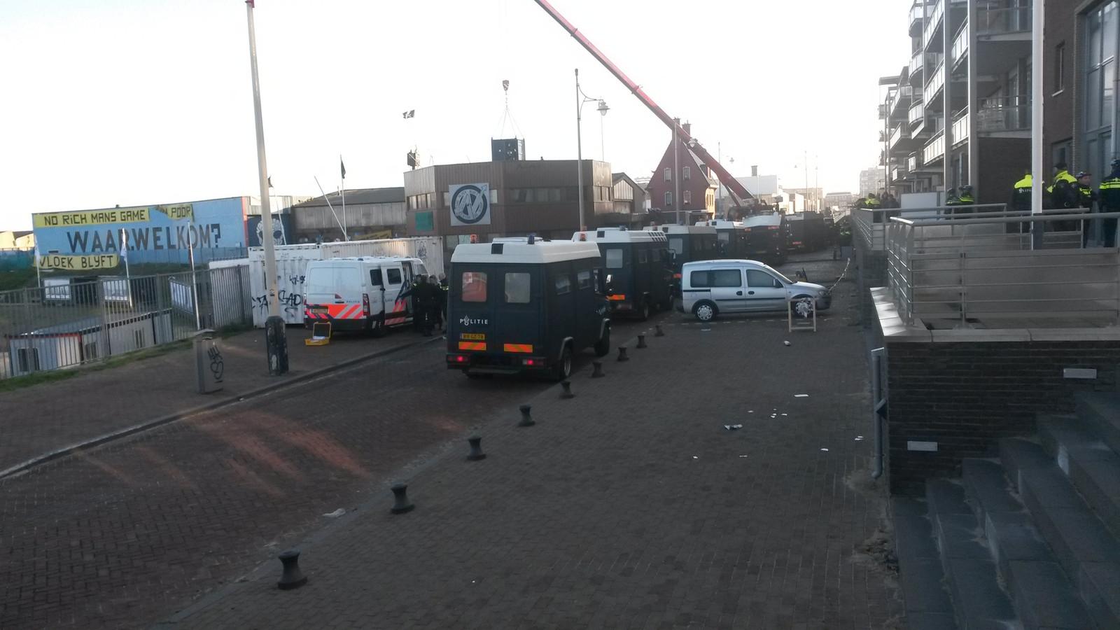 Veel politie bij de ontruiming van De Vloek in Scheveningen.