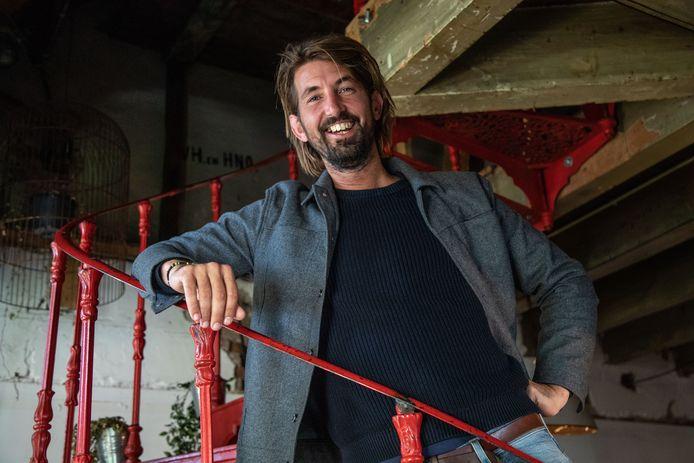 Jolmer Versteeg is een Zwolse theaterregisseur, docent drama en artistiek leider van de theatergroep De Jonge Honden in Zwolle. Zij brengen Oorlogswinter op de planken.