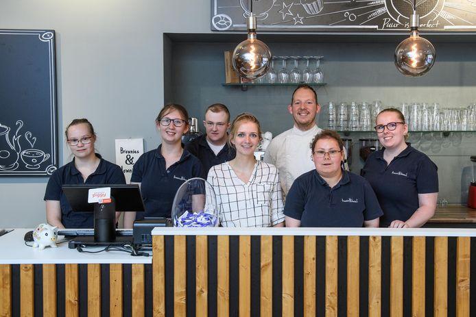 Het nog prille bedrijf Brownies&downieS krijgt al een tweede vestiging. Van links naar rechts Charlotte, Loraine, Romeo, Anne van der Raadt (eigenaar), Vincent, Maaike en Charissa.