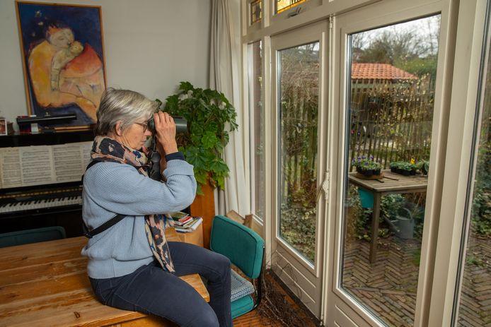 Lianke Breekland telt vogels in haar tuin in Nijmegen.