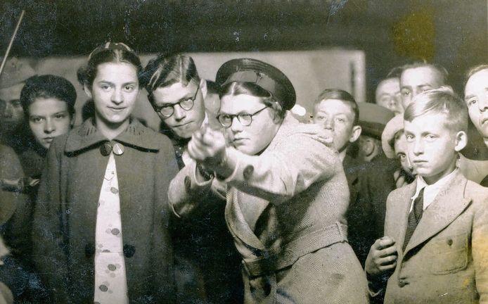 """Ria bij de schiettent in 1938. ,,Een schitterende foto"""", vindt haar neef."""