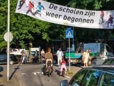 Ouders en kinderen in actie tegen gevaarlijke verkeersoverlast bij Heijenoordschool in Arnhem