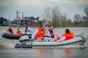 Cem Lacin (zwaaiend) met de andere SP-leden in actie tegen granulietstort bij project Over de Maas in Alphen.