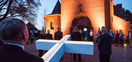 De kerk zit vol tijdens De Passie in Buurse