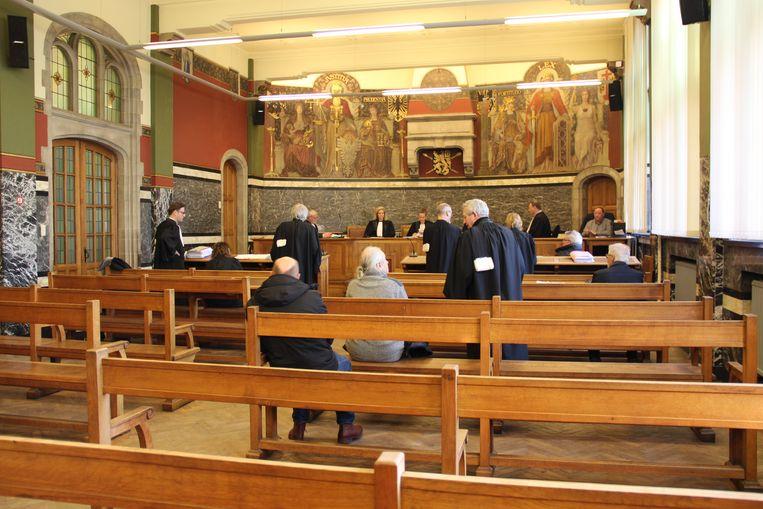 Burgemeester Marnic De Meulemeester en de stadssecretaris lieten zich vertegenwoordigen door hun advocaten.