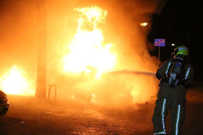 De drie auto's in Delft werden in een straal van achthonderd meter van elkaar in  brand gestoken.