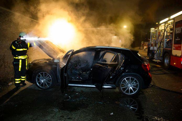 De Mercedes is in vlammen opgegaan.