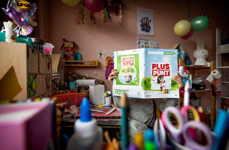 Een kind volgt thuis onderwijs tijdens de lockdown. Beeld Hollandse Hoogte /  ANP